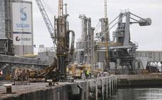 USO critica que Solvay cambie el servicio de transporte al Puerto por reducir costes