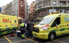 Un coche se empotra contra una ambulancia del 061 frente al Ayuntamiento de Santander