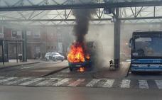 Se incendia un microbús sin pasajeros en la estación de autobuses de Sarón