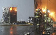 El fuego destruye una nave panificadora en Penagos