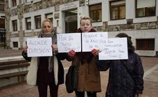 Los solicitantes del Fondo de Suministros vuelven a protestar ante el Ayuntamiento de Torrelavega