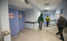 La gripe y las dificultades para citarse en el centro de salud llenan Urgencias