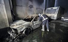 Los bomberos extinguen un incendio en un taller del polígono de Unquera