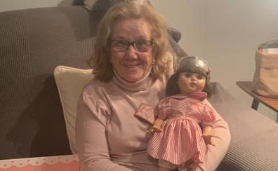 Una abuela recibe emocionada la muñeca Mariquita Pérez con la que soñaba desde hacía 71 años