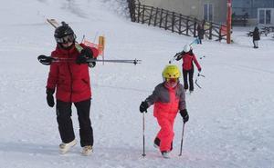 Tímida presencia de esquiadores en el estreno de Alto Campoo