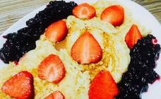 Cocina en casa unas tortitas de avena y acompáñalas de fruta fresca