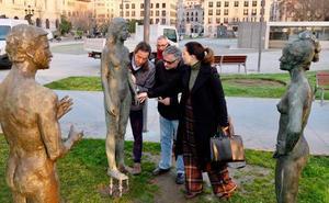 Recolocada la estatua derribada del monumento a la reconstrucción de Santander