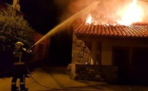 Un incendio en Rozadio arrasa una vivienda, pero se salda sin heridos