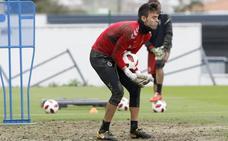 Crespo se retira del entrenamiento tras sufrir un encontronazo y una mala caída al despejar un balón