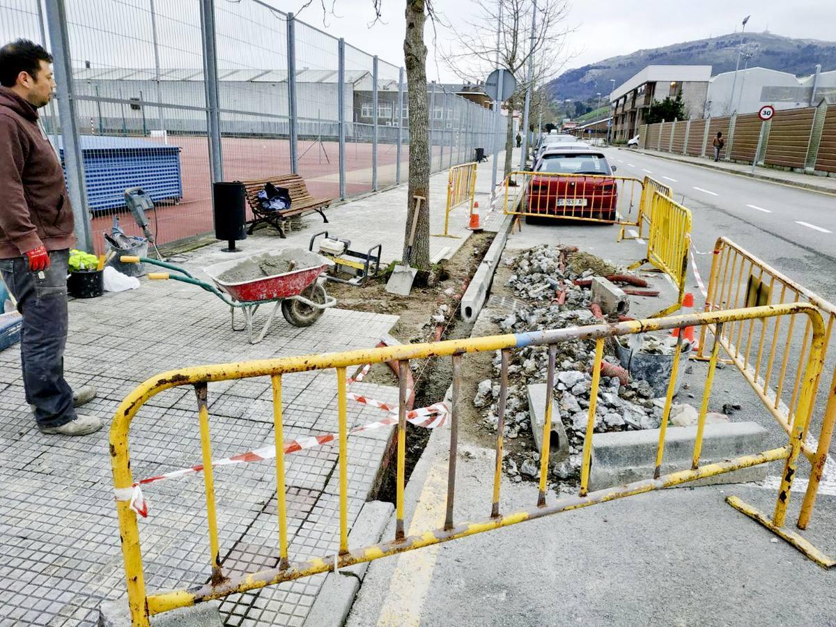 El Ayuntamiento de El Astillero mejora las aceras de Ría de Solía