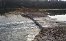 Paralizados los trabajos para retirar el dique de la ría del Capitán, en Oyambre