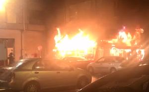 Un espectacular incendio arrasa la Taberna de Flandes en Torrelavega