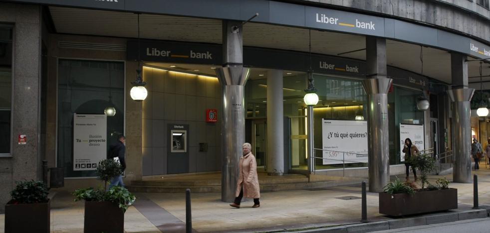 La fusión de Liberbank y Unicaja supondría cerrar 42 oficinas y reducir 2.452 empleos