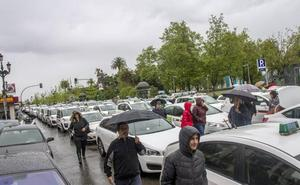 El sector del taxi en Cantabria, a la espera de lo que hagan en Madrid y Barcelona