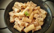 Rigatoni con salsa de queso, nueces y champiñones