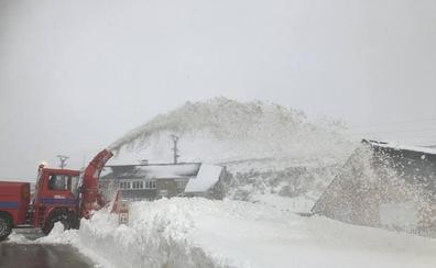 La carretera de Lunada está cerrada y son necesarias las cadenas en dos puertos de montaña