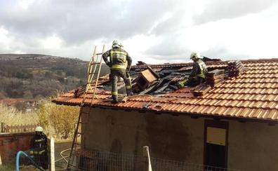 Los bomberos sofocan un fuego en una chimenea de una casa en Rodezas