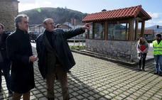 El Gobierno instala en Mata una nueva marquesina para el autobús