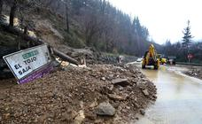 Toneladas de tierra cortan la carretera a Bárcena Mayor