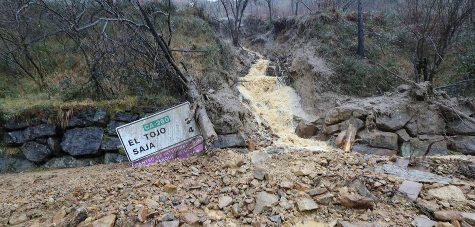 Toneladas de barro cortan la carretera a Bárcena Mayor, pero ya hay paso hacia Reinosa