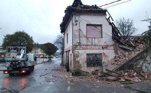 Las fuertes lluvias echan abajo una casa abandonada en Santiago de Cartes