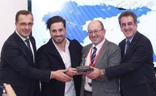 David Bustamante recoge el premio 'Villas Marineras' en Fitur