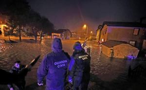 El Saja se desborda en Villanueva de la Peña afectando a multitud de viviendas