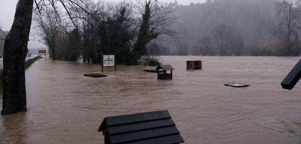 El Deva se desborda e inunda Molleda y Unquera