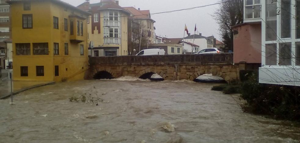 La crecida inunda parte de Reinosa y provoca la evacuación del cuartel de Campoo de Suso