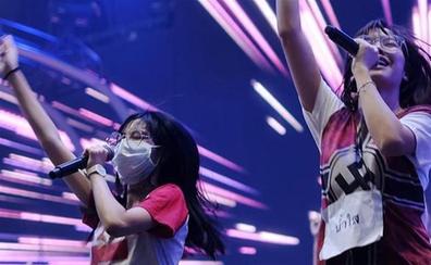 Estrella del pop tailandesa provoca un escándalo con una cruz gamada