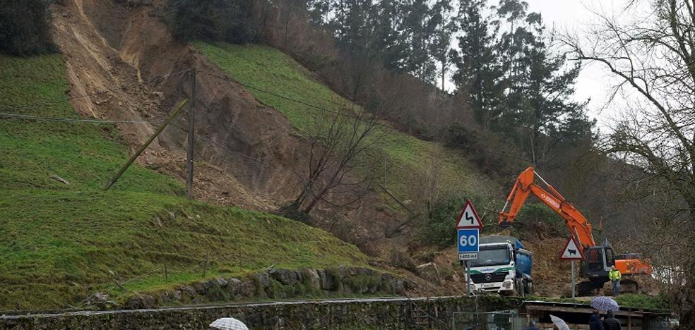 El viento y los argayos cortan carreteras en varios puntos de la región