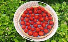 Una irresistible tarta casera de chocolate y fresas