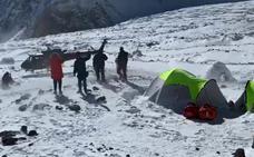 Rescatan a dos montañeros españoles de la expedición de Alex Txikon