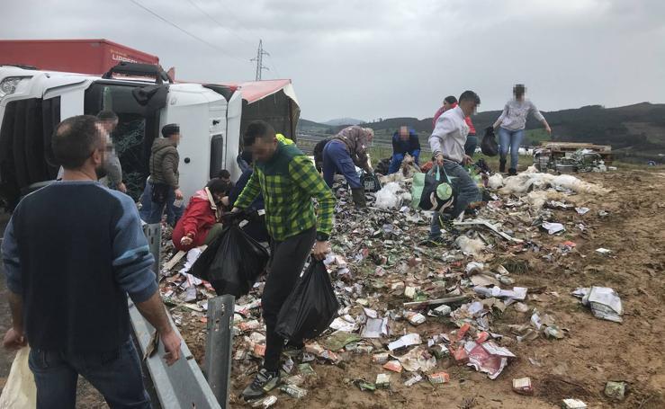 Se llevan la comida para perros que se cayó del camión volcado en Zurita