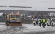 La nieve causa problemas en la A-67, la N-611 y mantienen cerrados varios puertos