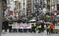 Los pensionistas vuelven a salir a la calle pese al mal tiempo