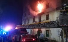 Un aparatoso incendio arrasa dos plantas de un edificio abandonado de la calle Alta