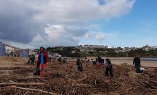 Cientos de personas arriman el hombro para limpiar las playas tras la riada en el Besaya