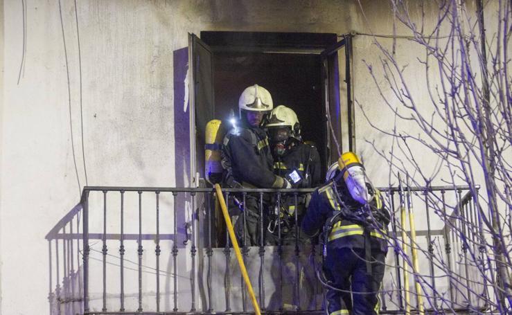 La operación de los bomberos para sofocar el incendio