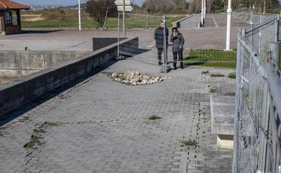 El Ayuntamiento se hará cargo de reparar el socavón del paseo marítimo de Somo