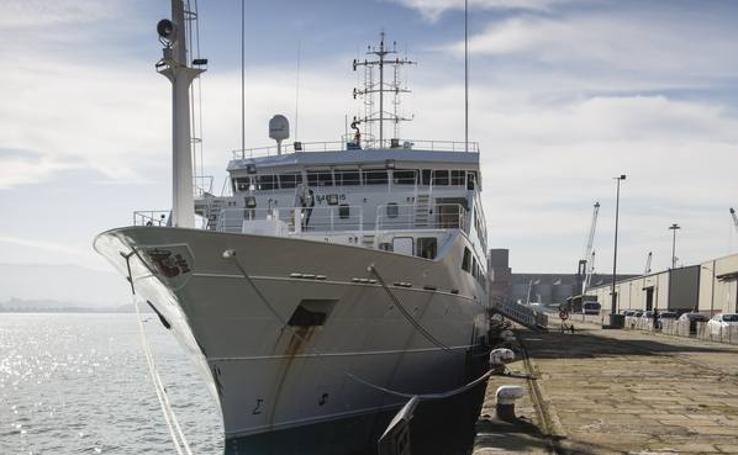 El buque Intermares recala en el puerto de Santander