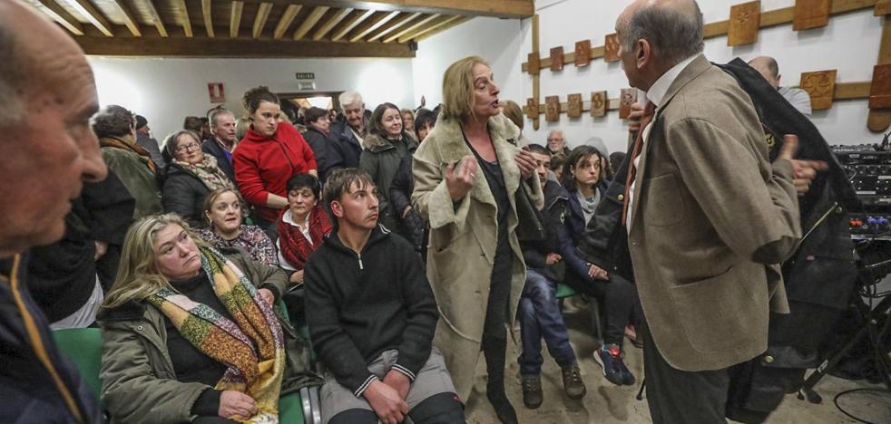Tensa reunión en Cabuérniga entre el consejero y los afectados por el argayo