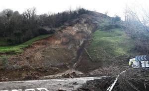 El viernes se abrirá un carril de la carretera bloqueada por el argayo de Ruente