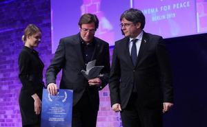 El cántabro Álvaro Longoria, codirector de 'Dos Cataluñas' devuelve el premio que les entregó Puigdemont