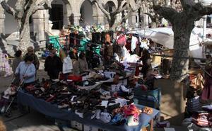 El mercadillo de los 'jueveros' de Castro vuelve al centro de la ciudad diez años después