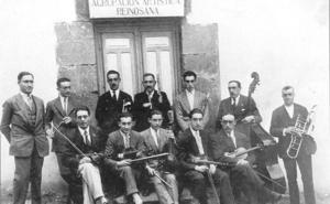 Ángel Manzano dona al Gobierno de Cantabria la partitura original del 'Himno a la montaña'