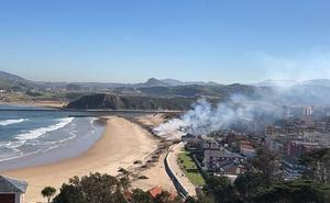 Suances suspende la quema de los restos de la riada en las playas