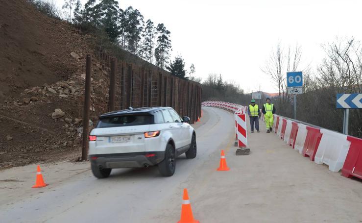 Obras para restablecer el tráfico en la carretera afectada por el argayo de Ruente