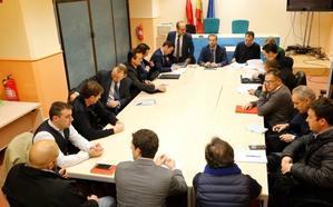 Taxistas y conductores de VTC no consiguen acercar posturas en su primera reunión en Cantabria