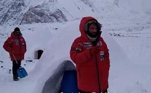 Txikon duerme en un iglú a los pies del K2